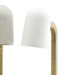 Tischlampe Bow Betonlampe  Bis ins kleinste Detail perfektionierte Handwerkskunst trifft auf ausgewogene Proportionen, Design und Ästhetik. Die Lampe verschafft sich Aufmerksamkeit und setzt einen stimmungsvollen, ganz besonderen Lichtakzent. Ob auf dem Schreibtisch, im Wohnzimmer oder im Schlafzimmer, der Anwendungsbereich ist vielfältig und die Leuchte sorgt überall für ein wohnliches, gemütliches Ambiente. So bereichert ihr schlichtes, elegantes Auftreten jeden Raum. Der Lampenschirm aus Hochleistungsbeton mit edler Oberfläche, glatter, angenehm weicher Habtik wird von einem Bogen aus Eichenvollholz gehalten, der Sockel aus Beton garantiert Standfestigkeit. Die Tischlampe wird in Österreich in Handarbeit gefertigt.  #beton #concrete #concretedesign #betonmanufaktur #interiordesign #felsenfestbetondesign #loungebar #lounge #loungedesign #restaurantdesign #interior #interiordecor #interiordesigner #moderndesign #hoteldesign #bardesign #modernhome #decor #decorhome #light #lights #lighting #lightingdesign #lightingdesigner #lightinginspiration #lightingsolutions #lamp